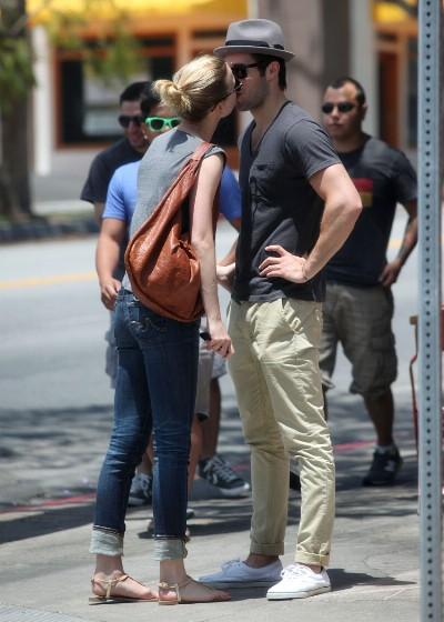 emily-vancamp-and-josh-bowman-kiss-e1434056553987-400x560-1